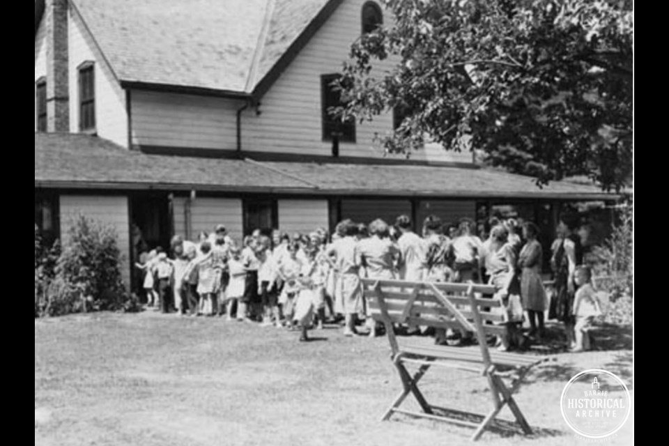 Line-up for dinner at Gables House turned camp cook house, 1915. Photo courtesy of Barrie Historical Archive.