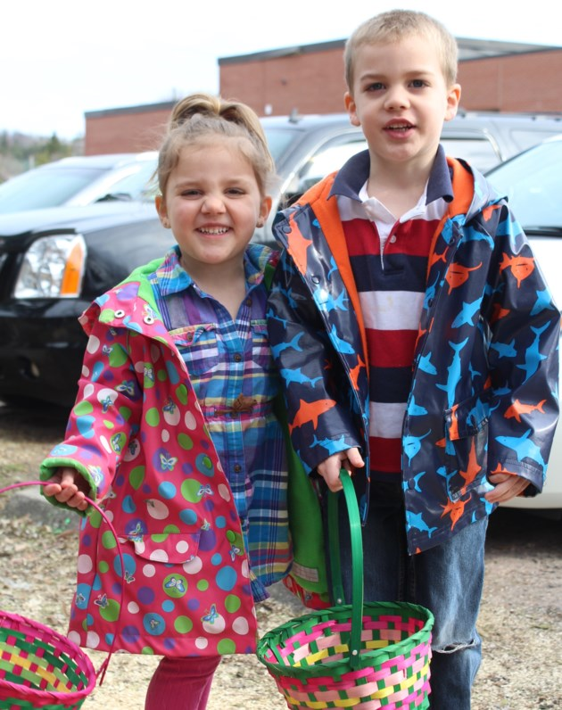 powassan library east egg hunt Scarlett and Tristan Krause kh 2017