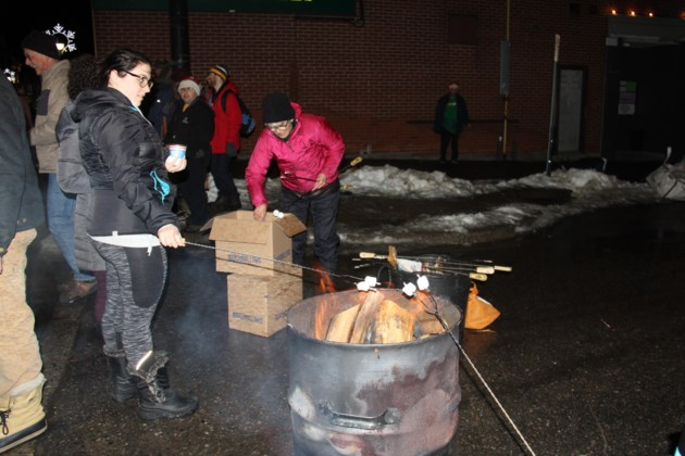 USED20171206 07 Toasting marshmallows at the Downtown Christmas walk. Photo by Brenda Turl for BayToday.