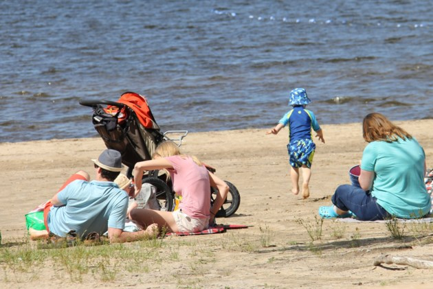 USED 170713 05  Families enjoy the beach. Photo by Brenda Turl for BayToday.
