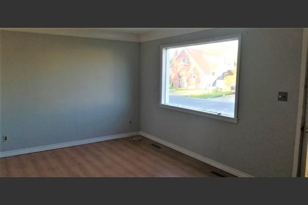 2-264 Pittsburgh livingroom