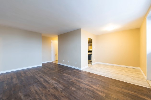 365 379 Lake - 1 bedroom livingroom facing kitchen