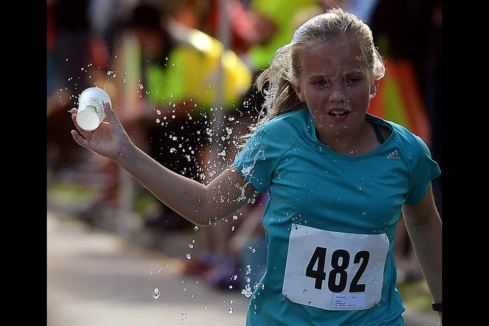 Cooling off during the 5k run at the Thanksgiving Day Races Monday, Oct. 9, 2017. Tony Saxon/GuelphToday