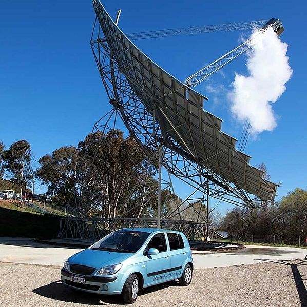 A Blade Electron Mark V electric vehicle is parked in front of a large solar array in Canberra, Australia, in 2010. (DOUG FALCONER / Wikimedia Commons)
