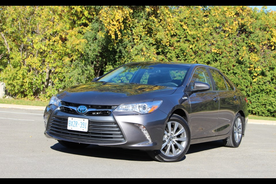 2017 toyota camry hybrid low on excitement high on dependability. Black Bedroom Furniture Sets. Home Design Ideas