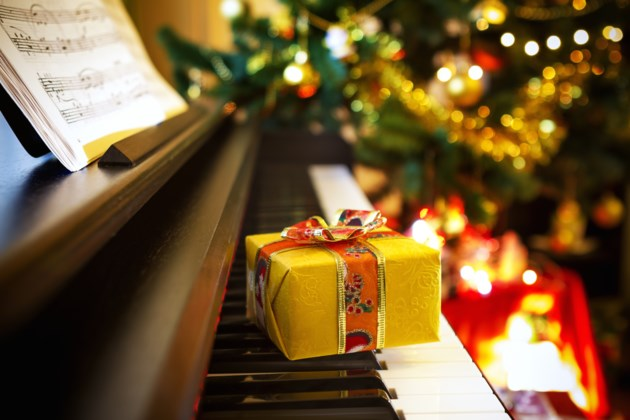 Christmas piano AdobeStock