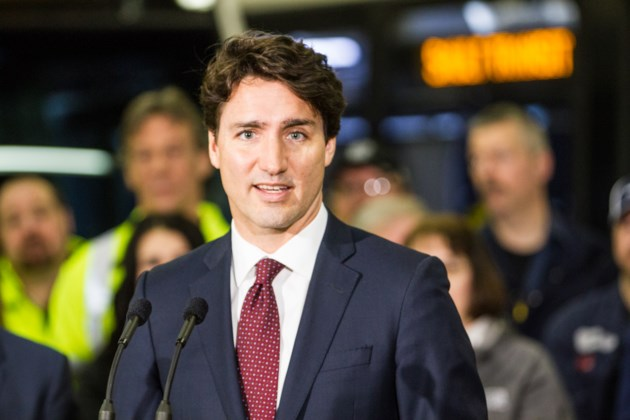Shirtless Justin Trudeau photobombs wedding, causes internet sensation