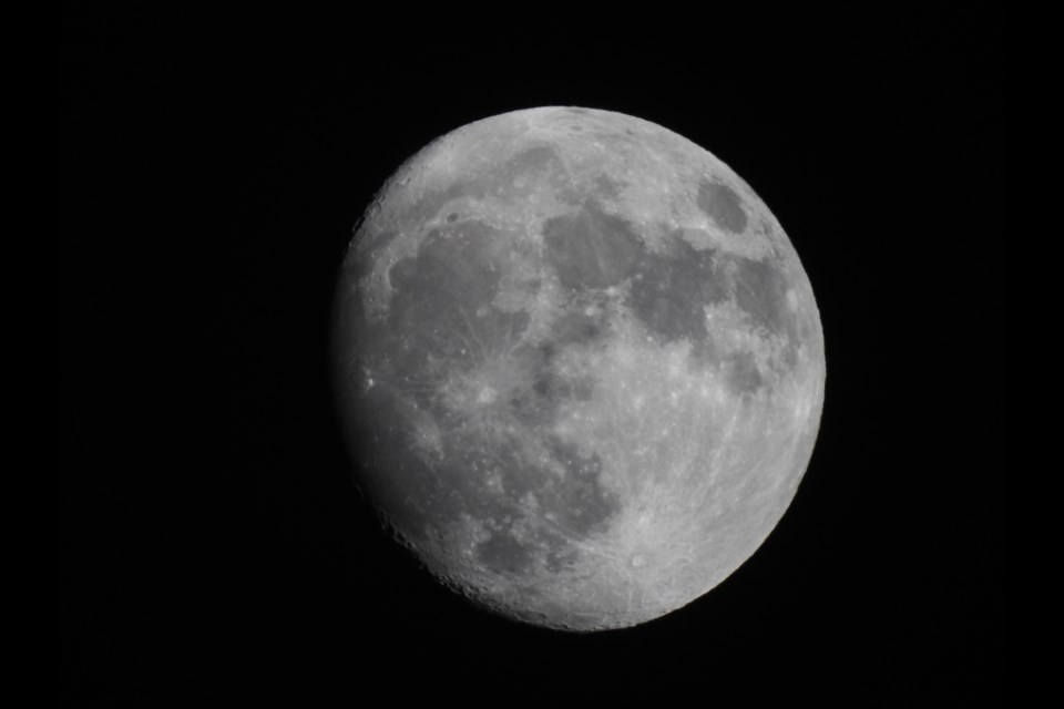 Right Now The Moon Is Very Very Full 7 Photos Sootoday Com