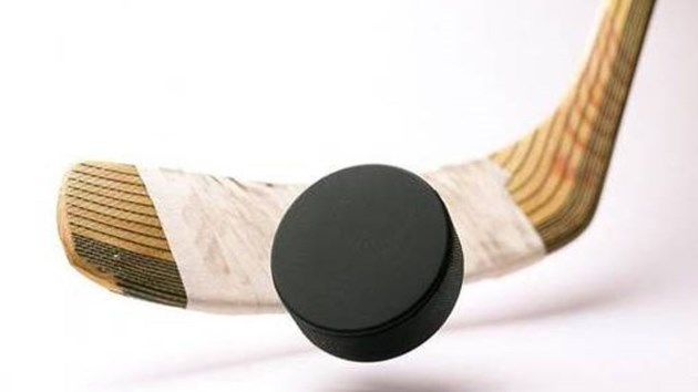170314_hockey_stick_and_a_puck31