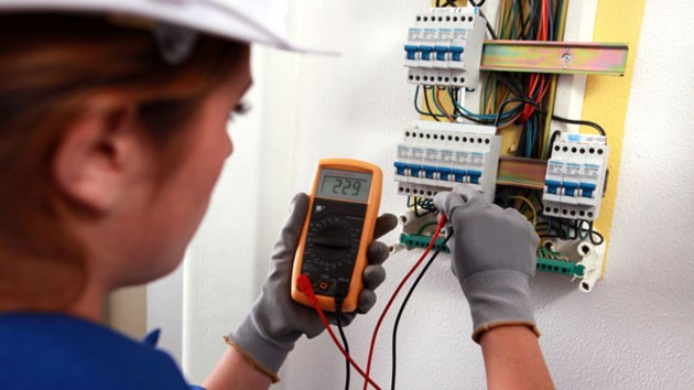 280314_women_in_trades_electrician