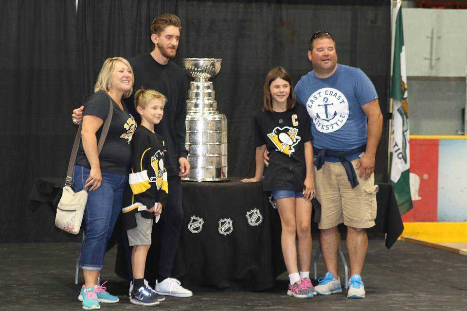 Murray posing with a family full of Pens fans at Fort William Gardens. (Michael Charlebois, tbnewswatch.com)