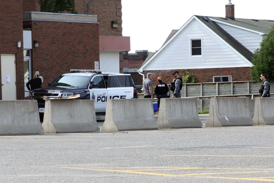 Thunder Bay Police Service officers prepare to enter the Port Arthur Health Centre on Friday, August 10, 2018. (Matt Vis, tbnewswatch.com)