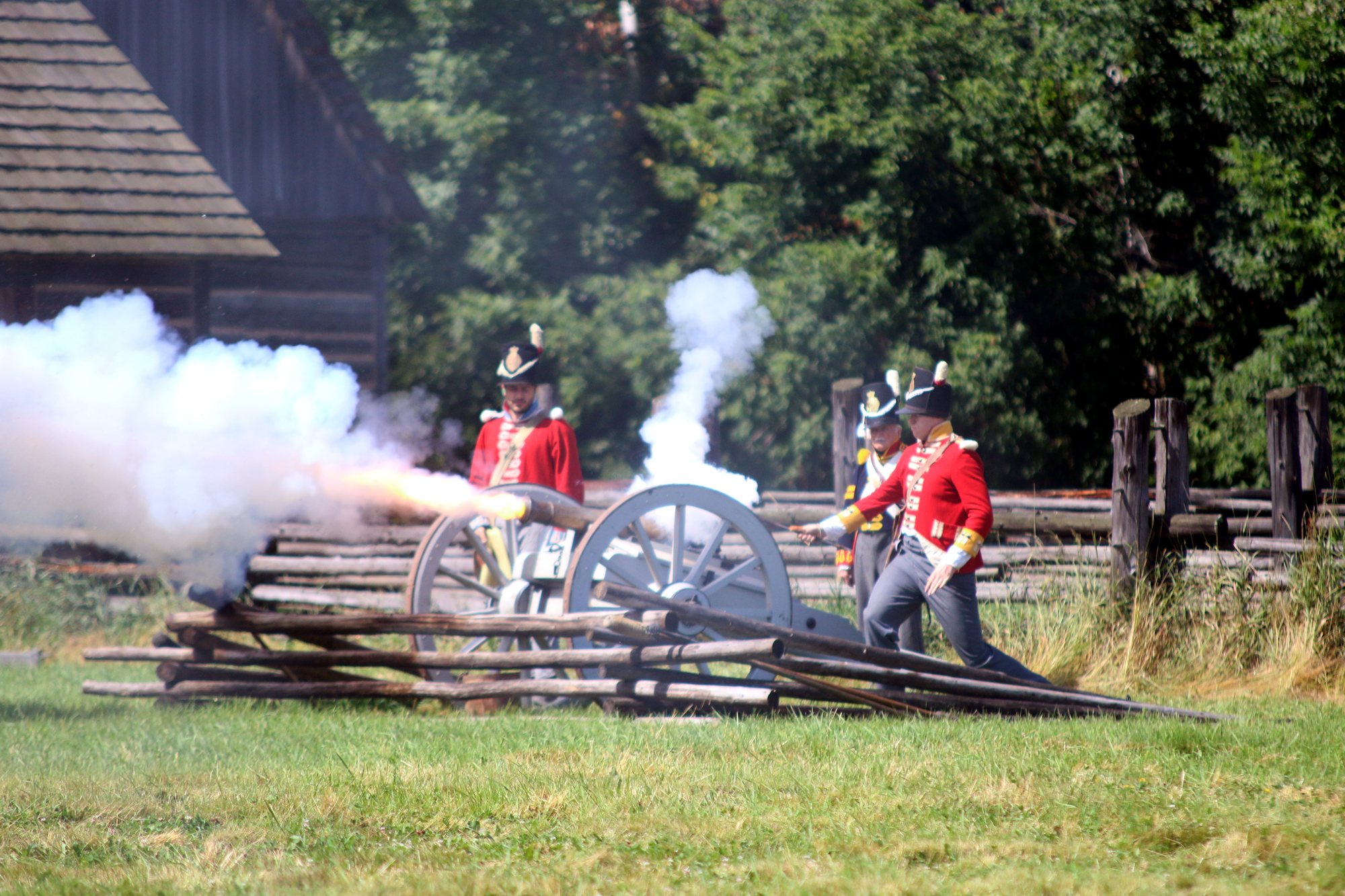 Canons thunder during reenactment of War of 1812 battle (14 photos)